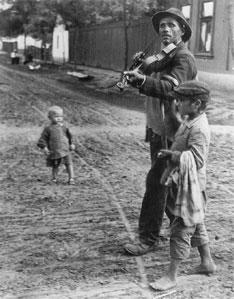 Andre Kertesz.Wandering Violinist, Abony, Hungary. 1921